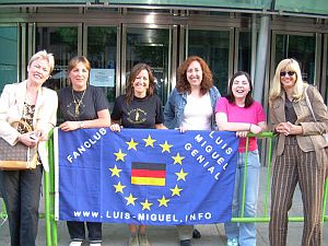 MADRID-JUANI y sus amigas del Fanclub hacen una  cola
